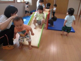 1歳児が巧技台で遊びました♪