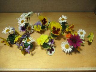 園庭のお花を摘んで生け花をしました。