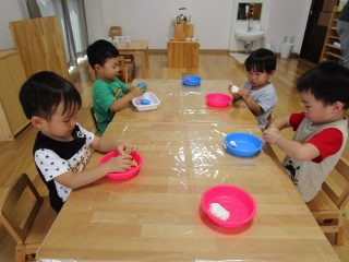 粘土遊び☆たんぽぽ組(2歳児)